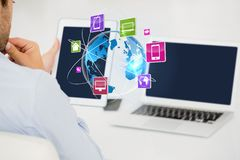 Zusammengesetztes Bild Digital des Geschäftsmannes mit den Technologien, die IOT-Grafiken betrachten Stockfotografie