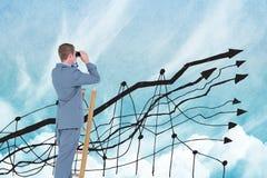 Zusammengesetztes Bild Digital des Geschäftsmannes unter Verwendung der Ferngläser auf Leiter mit Diagramm im Himmel Stockbilder
