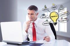 Zusammengesetztes Bild Digital des Geschäftsmannes unter Verwendung des Laptops durch verschiedene Ikonen im Büro Lizenzfreies Stockbild