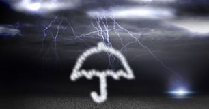 Zusammengesetztes Bild Digital des Regenschirmes gemacht von der Wolkenbeschaffenheit während des Gewitters Stockfoto