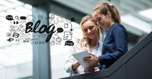 Zusammengesetztes Bild Digital von den Geschäftsfrauen, die Tablet-PC mit Bloggraphiken verwenden vektor abbildung