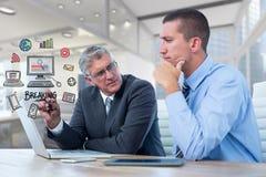 Zusammengesetztes Bild Digital von den Geschäftsleuten, die mit verschiedenen Ikonen im Büro sich besprechen Stockfoto