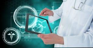 Zusammengesetztes Bild Digital von Doktor, der digitale Tablette durch medizinische Ikonen verwendet Lizenzfreies Stockbild