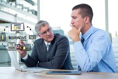 Zusammengesetztes Bild Digital von Führungskräften mit Ikonen und von Laptop am Schreibtisch Stockfotos