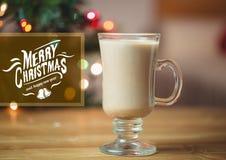 Zusammengesetztes Bild Digital von frohen Weihnachten und von guten Rutsch ins Neue Jahr wünscht mit Tasse Kaffee Lizenzfreie Stockfotografie