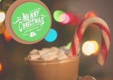 Zusammengesetztes Bild Digital von frohen Weihnachten und von Schale heißer Schokolade mit Eibischen und Süßigkeit Lizenzfreies Stockfoto