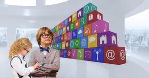 Zusammengesetztes Bild Digital von Kindern mit APP-Ikonen Lizenzfreie Stockbilder