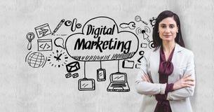 Zusammengesetztes Bild Digital von stehenden Armen der Geschäftsfrau kreuzte durch digitalen Marketing-Text und -ikonen stock abbildung