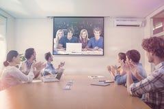 Zusammengesetztes Bild einer Gruppe Studenten mit einem Laptopblick in die Kamera stockbilder