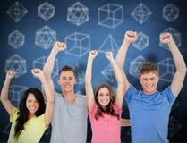 Zusammengesetztes Bild einer lächelnden die Kamera betrachtenden und feiernden Gruppe von Personen Lizenzfreies Stockfoto
