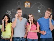 Zusammengesetztes Bild einer lächelnden Gruppe Freunde machen Anrufe beim Schauen in die Kamera Stockfotos