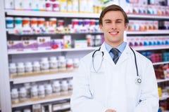 Zusammengesetztes Bild jungen Doktors, der Tabletten-PC verwendet Stockfotos
