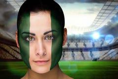 Zusammengesetztes Bild schönen Nigeria-Fans in der Gesichtsfarbe stockbild