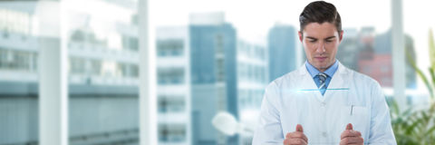 Zusammengesetztes Bild starken männlichen Doktors, der futuristisches Glas verwendet Stockbild