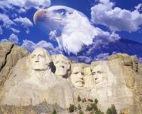 Zusammengesetztes Bild vom Mount Rushmore, von Weißkopfseeadler und von blauem Himmel mit weißen Wolken Stockfoto