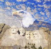 Zusammengesetztes Bild vom Mount Rushmore, Weißkopfseeadler, U S Konstitution und blauer Himmel mit weißen Wolken Lizenzfreies Stockfoto