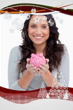 Zusammengesetztes Bild vom Sparschwein, das von lächelnder Frau gehalten wird Stockfotografie