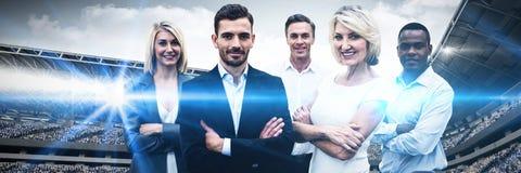 Zusammengesetztes Bild von überzeugten Geschäftsleuten mit den Armen kreuzte Stellung über weißem Hintergrund stockfotos