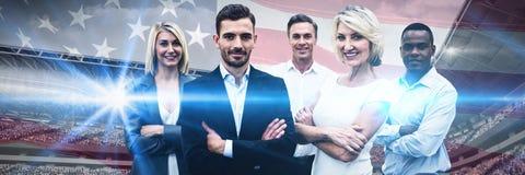Zusammengesetztes Bild von überzeugten Geschäftsleuten mit den Armen kreuzte Stellung über weißem Hintergrund lizenzfreie stockbilder