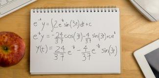 Zusammengesetztes Bild von Berechnungen gegen schwarzen Hintergrund stockfoto