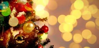 Zusammengesetztes Bild von defocused von Weihnachtsbaumlichtern und -kamin stockfoto