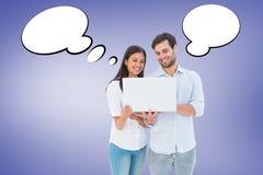 Zusammengesetztes Bild von den attraktiven jungen Paaren, die ihren Laptop halten Stockbild