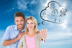 Zusammengesetztes Bild von den attraktiven jungen Paaren, die Schlüssel des neuen Hauses zeigen Stockfotos