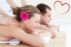 Zusammengesetztes Bild von den entspannten jungen Paaren, die eine Rückenmassage empfangen Stockfoto