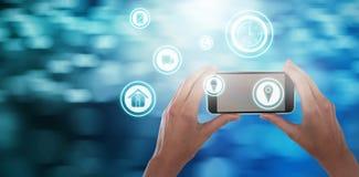 Zusammengesetztes Bild von den geernteten Händen der Geschäftsfrau Handy halten Lizenzfreie Stockfotos
