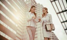 Zusammengesetztes Bild von den Geschäftsfrauen, die digitale Tablette verwenden Lizenzfreies Stockbild