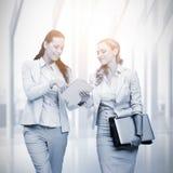 Zusammengesetztes Bild von den Geschäftsfrauen, die digitale Tablette verwenden Lizenzfreie Stockbilder