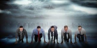 Zusammengesetztes Bild von den Geschäftsleuten bereit, Rennen zu beginnen Lizenzfreies Stockbild