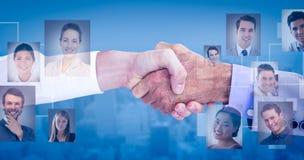 Zusammengesetztes Bild von den Geschäftsleuten, die Hände auf weißem Hintergrund rütteln lizenzfreie stockfotografie