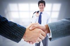 Zusammengesetztes Bild von den Geschäftsleuten, die Hände rütteln Lizenzfreie Stockfotografie