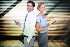 Zusammengesetztes Bild von den Geschäftsleuten, die Smartphone zurück zu Rückseite verwenden Stockfoto