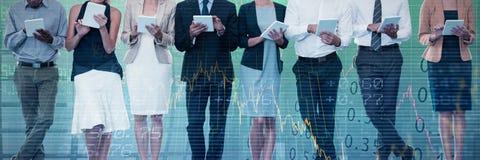 Zusammengesetztes Bild von den Geschäftsleuten, die Tablet-Computer gegen weißen Hintergrund verwenden lizenzfreie stockbilder