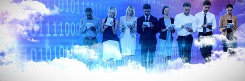 Zusammengesetztes Bild von den Geschäftsleuten, die Tablet-Computer gegen weißen Hintergrund verwenden stockfotos