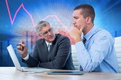 Zusammengesetztes Bild von den Geschäftsmännern, die zusammen mit Laptop und Tablette arbeiten Stockbild