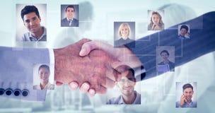 Zusammengesetztes Bild von den Geschäftsleuten, die Hände auf weißem Hintergrund rütteln Stockfotos