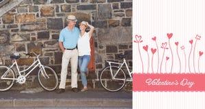 Zusammengesetztes Bild von den glücklichen älteren Paaren, die für ein Fahrrad gehen, reiten in die Stadt Lizenzfreie Stockbilder