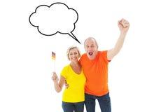 Zusammengesetztes Bild von den glücklichen deutschen Paaren, die an der Kamera zujubeln stock abbildung