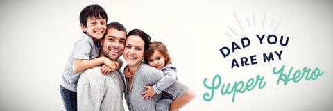 Zusammengesetztes Bild von den glücklichen Eltern, die Kinder geben, tragen Fahrten huckepack lizenzfreie stockfotografie