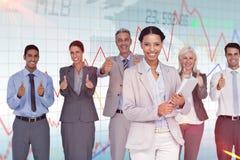 Zusammengesetztes Bild von den glücklichen Geschäftsleuten, die Kamera mit den Daumen oben betrachten Lizenzfreies Stockfoto