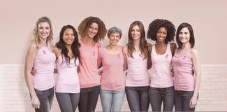 Zusammengesetztes Bild von den glücklichen multiethnischen Frauen, die herum zusammen mit Arm stehen Stockfoto