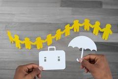 Zusammengesetztes Bild von den Händen, die eine Schultasche und einen Regenschirm im Papier halten Lizenzfreie Stockfotos