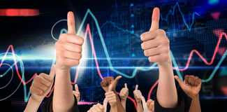 Zusammengesetztes Bild von den Händen, die sich Daumen zeigen Lizenzfreie Stockfotografie