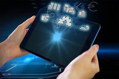 Zusammengesetztes Bild von den Händen, die Tablette halten Stockbilder
