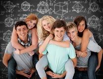 Zusammengesetztes Bild von den Jugendlichen, die ihre Freunde geben, tragen Fahrten huckepack Lizenzfreie Stockbilder