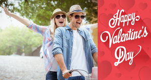 Zusammengesetztes Bild von den jungen Paaren der Hüfte, die für ein Fahrrad gehen, reiten Lizenzfreie Stockfotografie