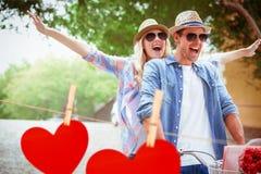 Zusammengesetztes Bild von den jungen Paaren der Hüfte, die für ein Fahrrad gehen, reiten Stockfoto